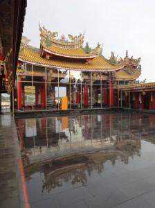 雨の聖天宮 中庭